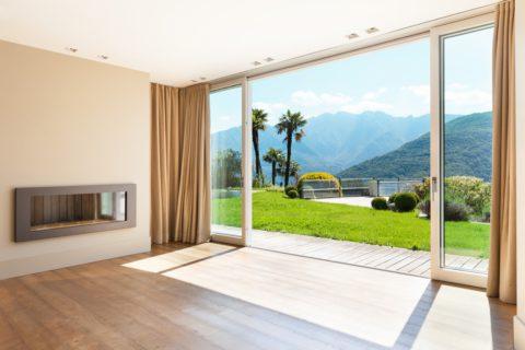 Choisir une porte-fenêtre (baie vitrée) de taille standard ou sur-mesure ?