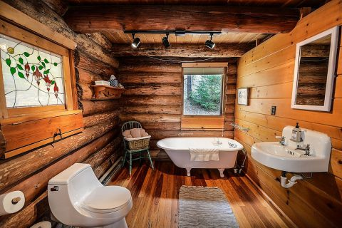 Bois et antidérapant pour sa salle de bain