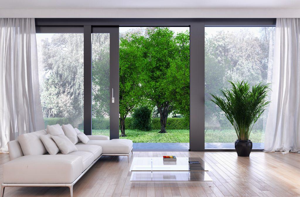 Baie vitrée de salon ouverte sur le jardin