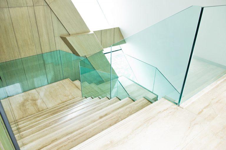 Rambarde moderne d'escalier en verre